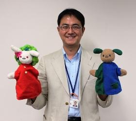 """図書館キャラクター""""おおいちゃん&いずみん""""の人形とともに"""