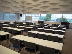 セミナールーム。多摩産材を使用し、音の反響を考慮した壁は、機能性とデザイン性の両方を確保しいて、解放感のある空間。申込み可能